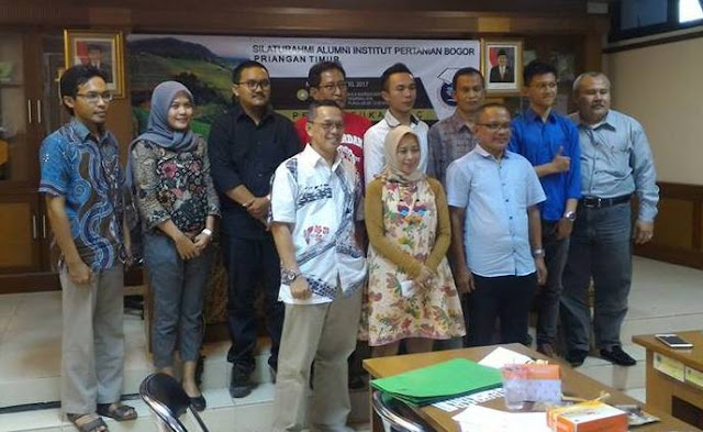 Ketua Umum dan Sekretaris Jenderal di wilayah Priangan Timur berfoto bersama perwakilan DPD HA-IPB Jawa Barat.