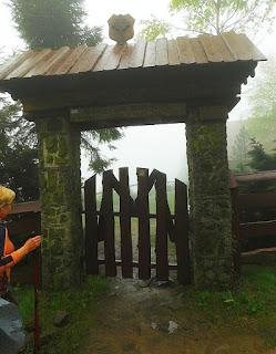 Brama na teren z kaplicą Matki Bożej Królowej Ludzi Gór.