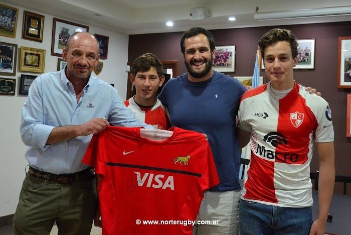 Juan Figallo junto a jugadores juveniles del Jockey Club de Salta