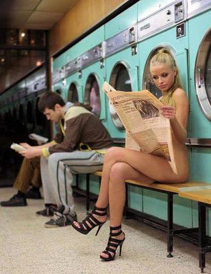 Belle jeune-fille en lisant un journal