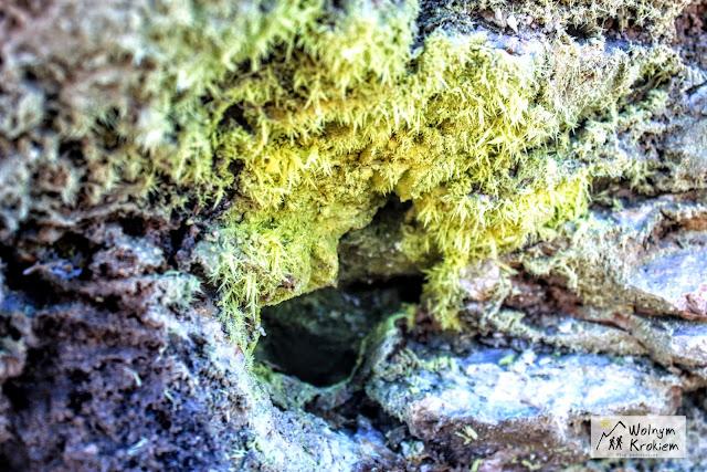 Kawałeczki siarki w wulkanie Solfatara