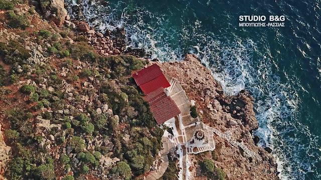 Το γραφικό εκκλησάκι του Αγίου Νικολάου στην παραλία Καραθώνα στο Ναύπλιο (βίντεο drone)