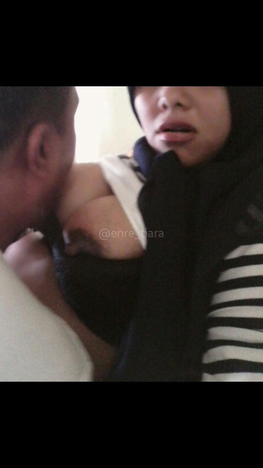 Jilbab Selfie Sambil Di Isap Teteknya