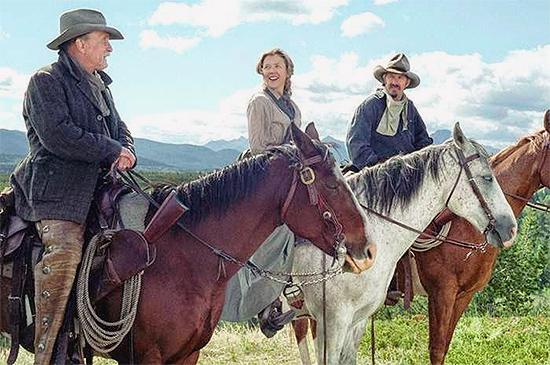 Robert Duvall, Annette Bening y Kevin Costner a caballo en Open Range