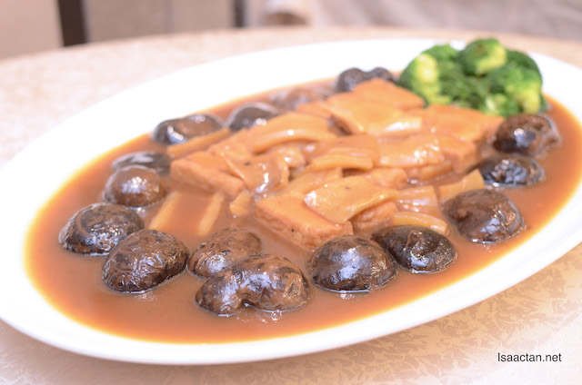 Braised Homemade Bean Curd with Fish Lips and Mushroom in Abalone Sauce