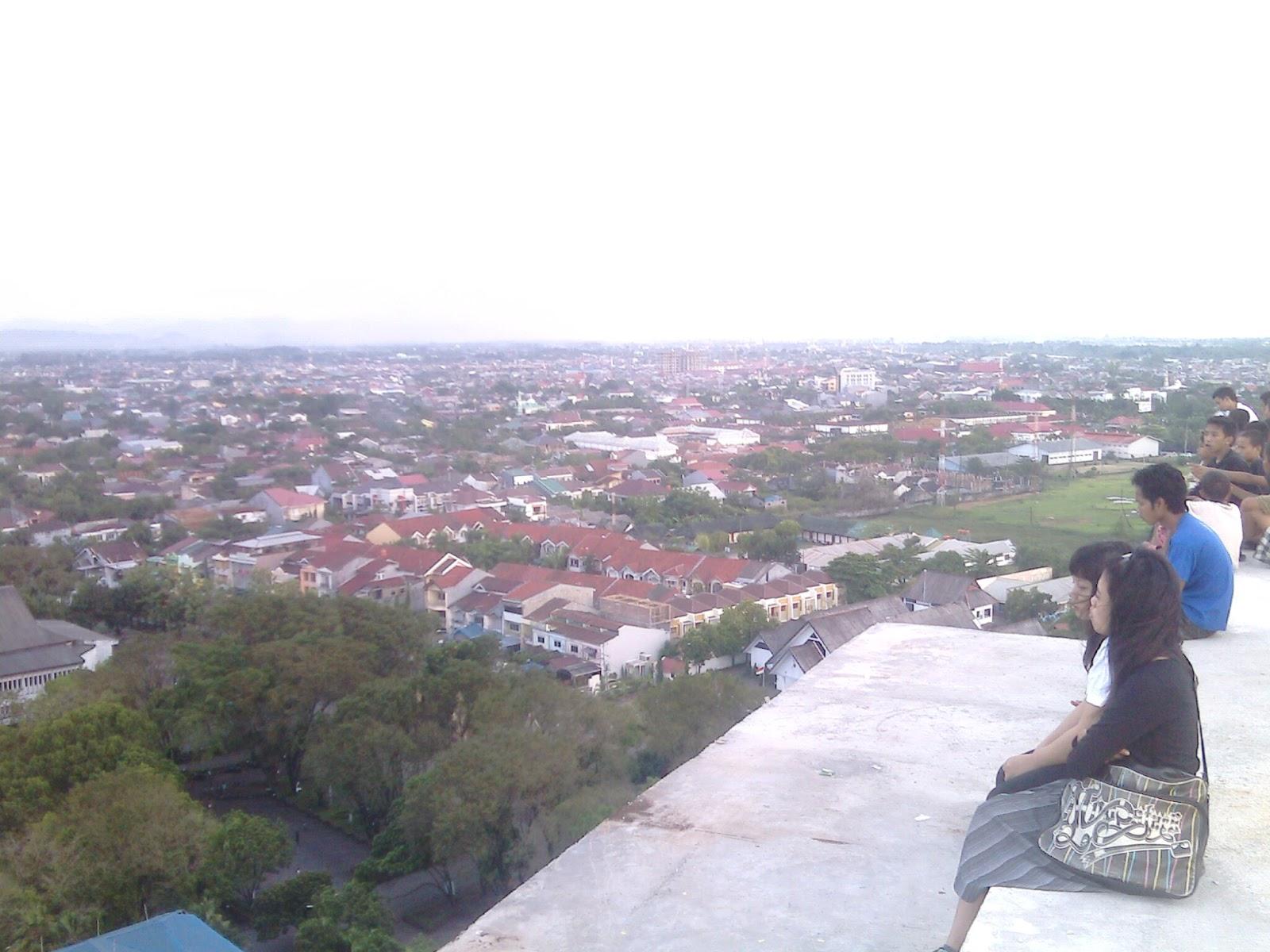 Pemandangan kota Makassar dari Menara Pinisi Universitas
