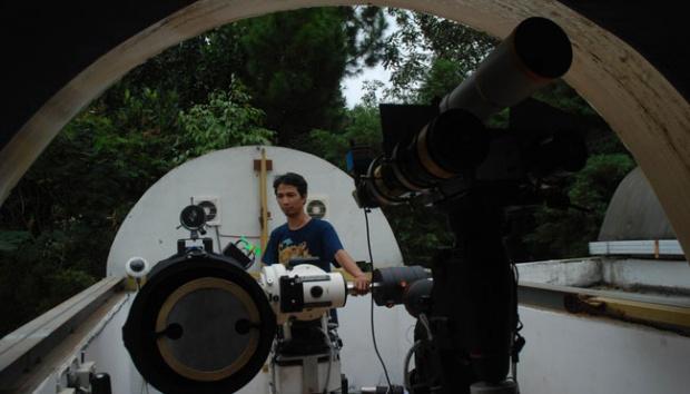 Astronom Observatorium Bosscha Amati Pra-Hilal