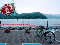 自転車と旗と海
