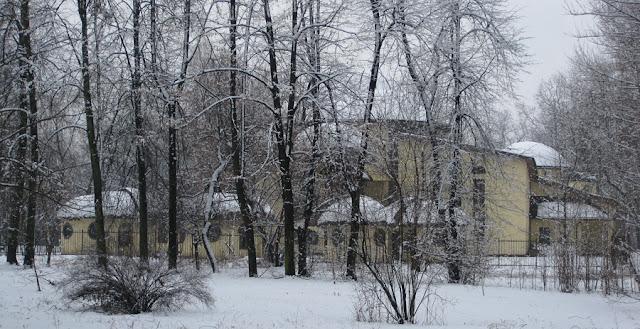 заснеженные здания в парке