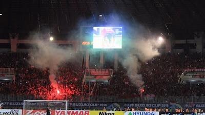 suporter-indonesia-menyalakan-flare-di-stadion
