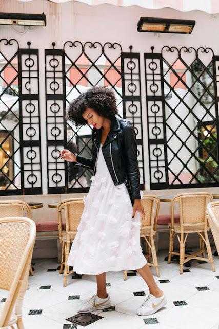 combina zapatilla nike cortez con vestido y chaqueta negra