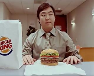 Der schrägste Fake-Werbeclip den ich in dieser Woche gesehen habe   Einen Hamburger wie eine Schlange essen