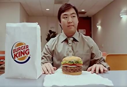 Der schrägste Fake-Werbeclip den ich in dieser Woche gesehen habe | Einen Hamburger wie eine Schlange essen