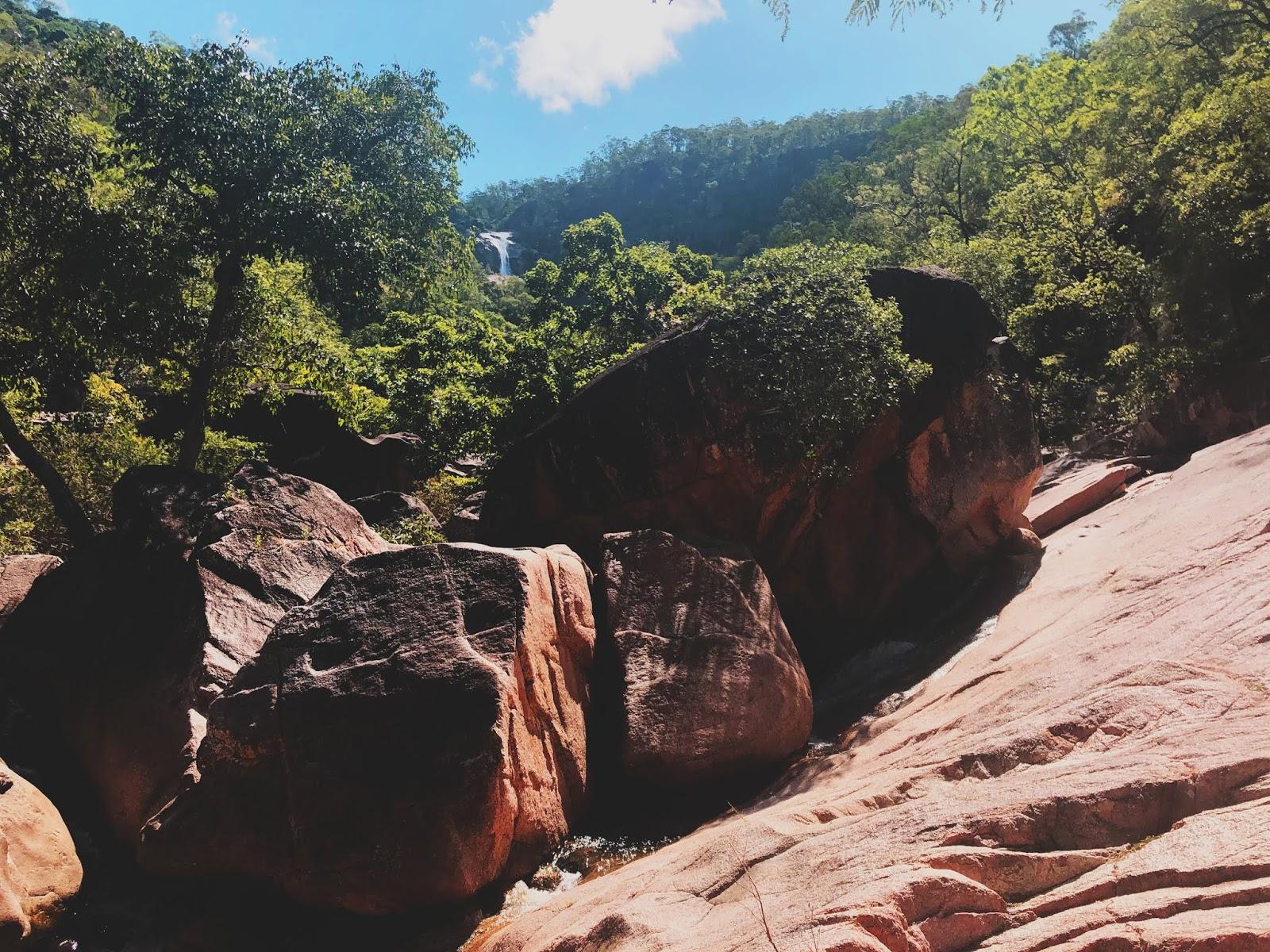 Strumienie i wodospady Big Crystal Creek niedaleko miasteczka Mutarnee w Australii