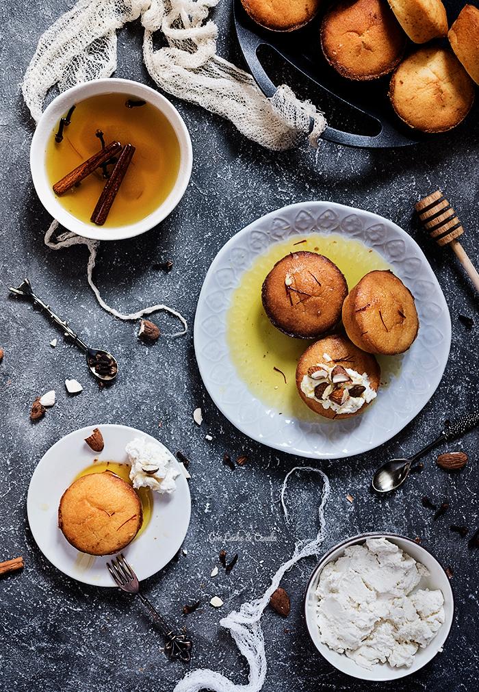 pastelillo de azafran con jarabe de miel y queso labneh