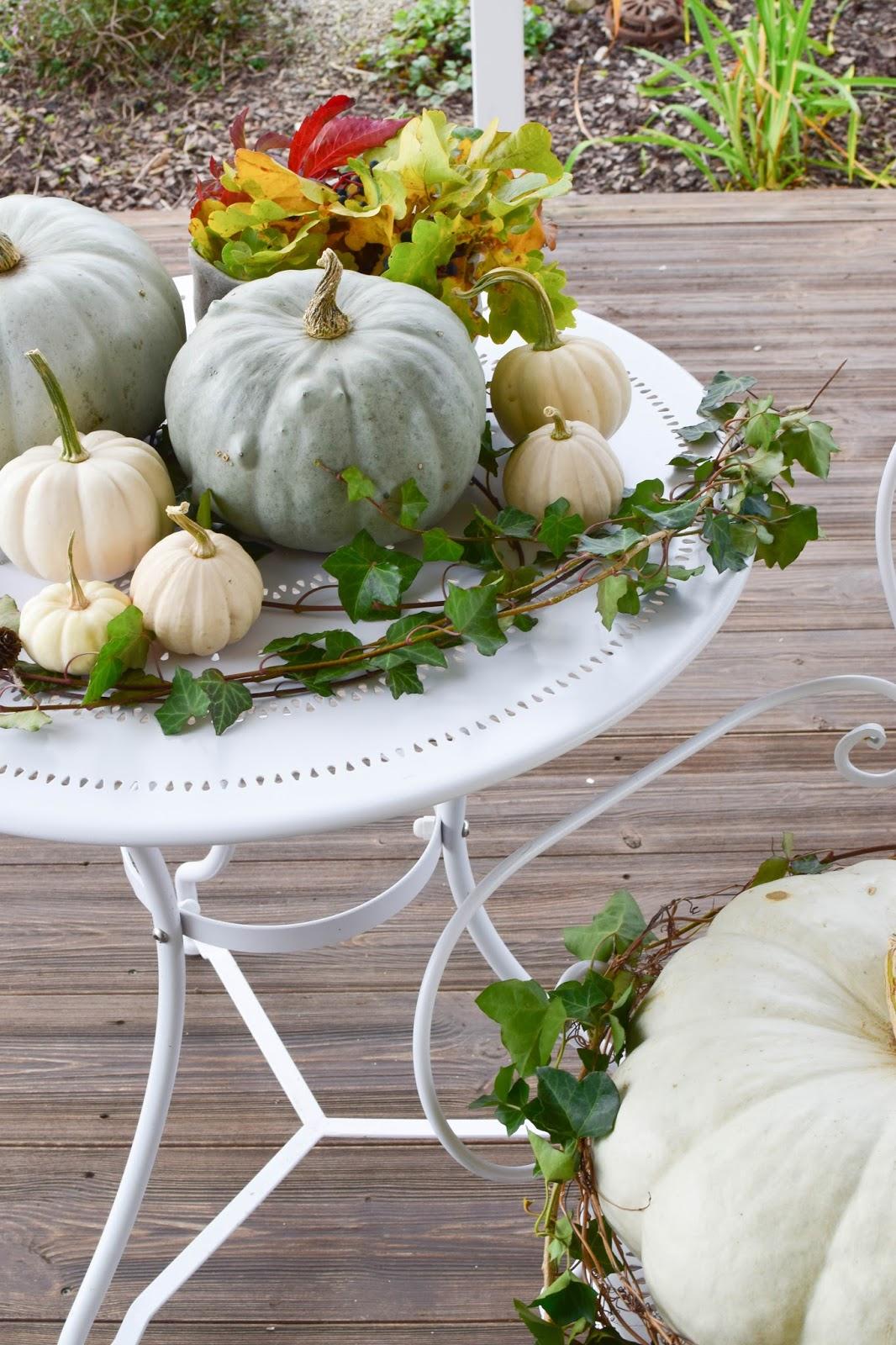 Herbstdeko mit Kürbis für den Tisch einfach selbstgemacht. Mit Efeu und Eichenlaub. DIY dekorieren herbstlich mit Kürbissen