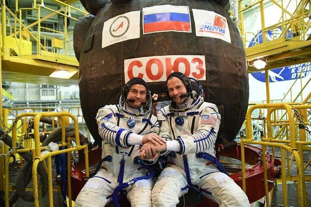 Аварія ракети Союз: космонавти живі, їх дістали з капсули