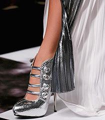 Новите метални цветове - как да съчетаем дрехи и обувки в метални цветове