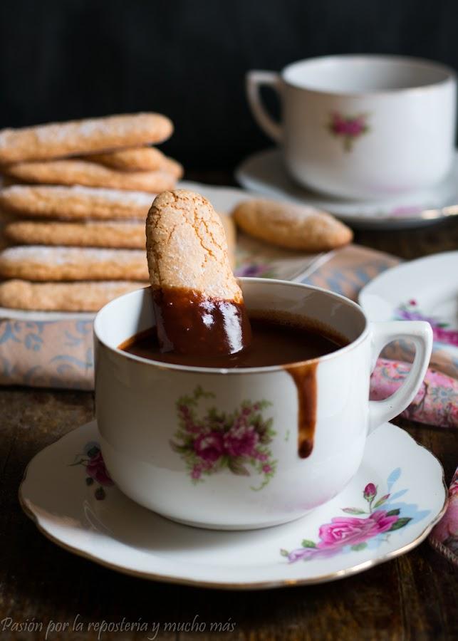 Bizcochos de soletilla, melindros o vainillas con chocolate caliente