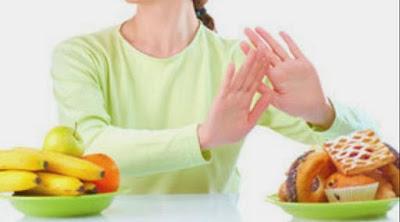 Mengurangi asupan junk food saat puasa