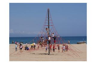 Infants jugant a la Platja de Sant Sebastià (Barcelona) per Teresa Grau Ros