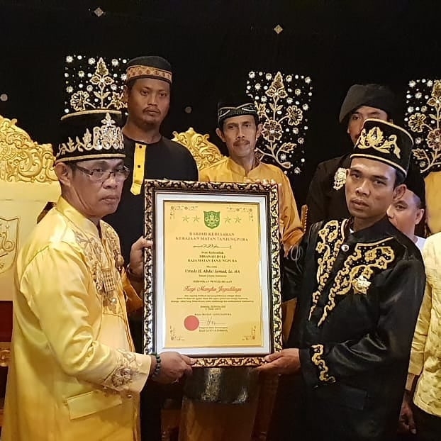 Semakin Dicintai, UAS Dapat Gelar Kyai Mangku Jagadilaga dari Kesultanan Matan Tanjung Pura