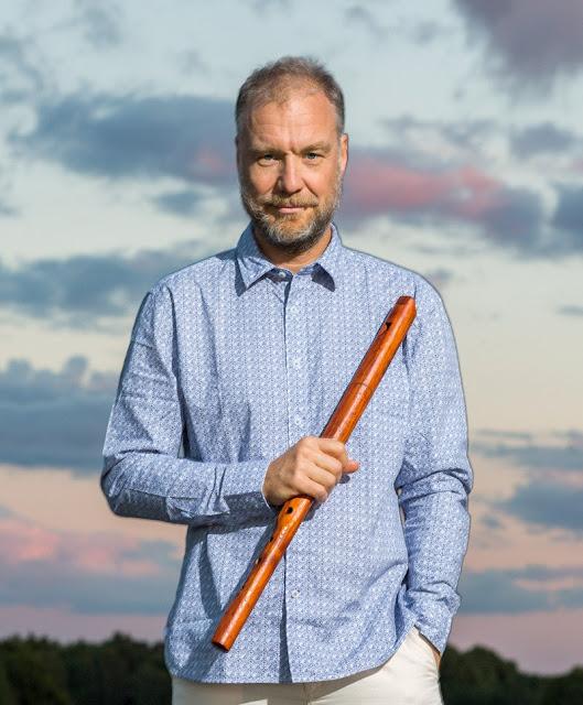 Hier is Jonas Simonson; Flöjtist, Kompositör & Pedagog