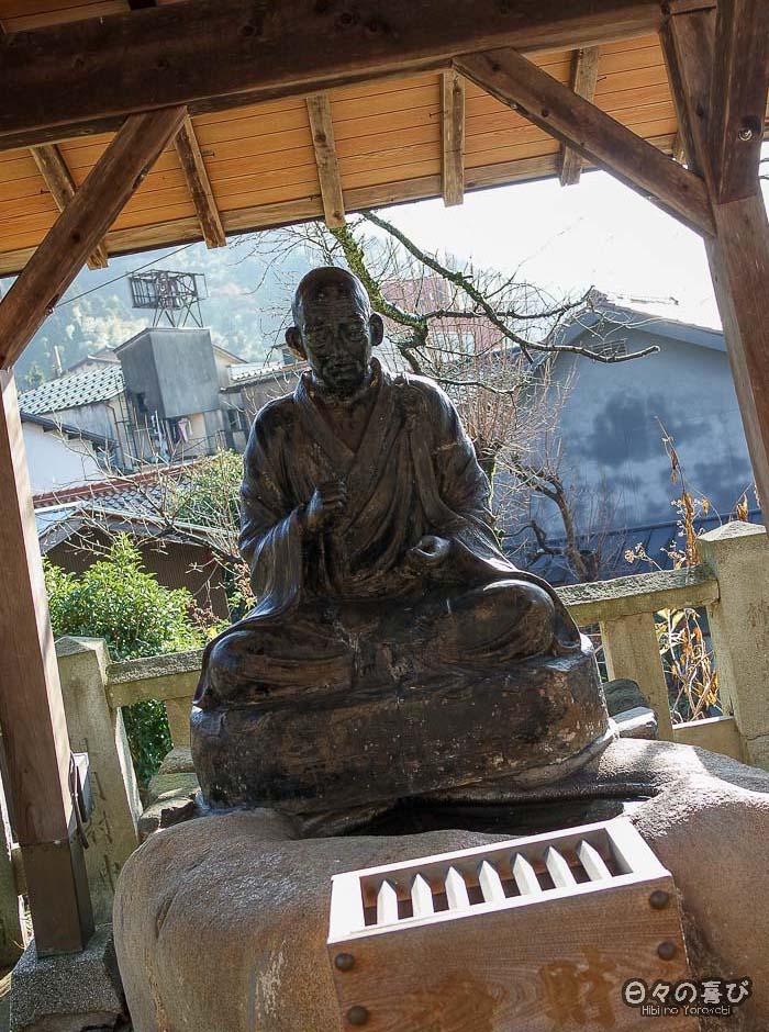 statue de moine bouddhiste dans un temple à yumura