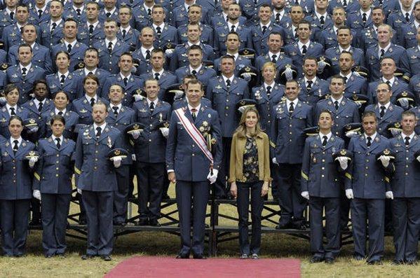 espana-reales-despachos-los-principes-presiden-la-entrega-de-despachos-en-la-academia-basica-del-aire%2524599x0.jpg