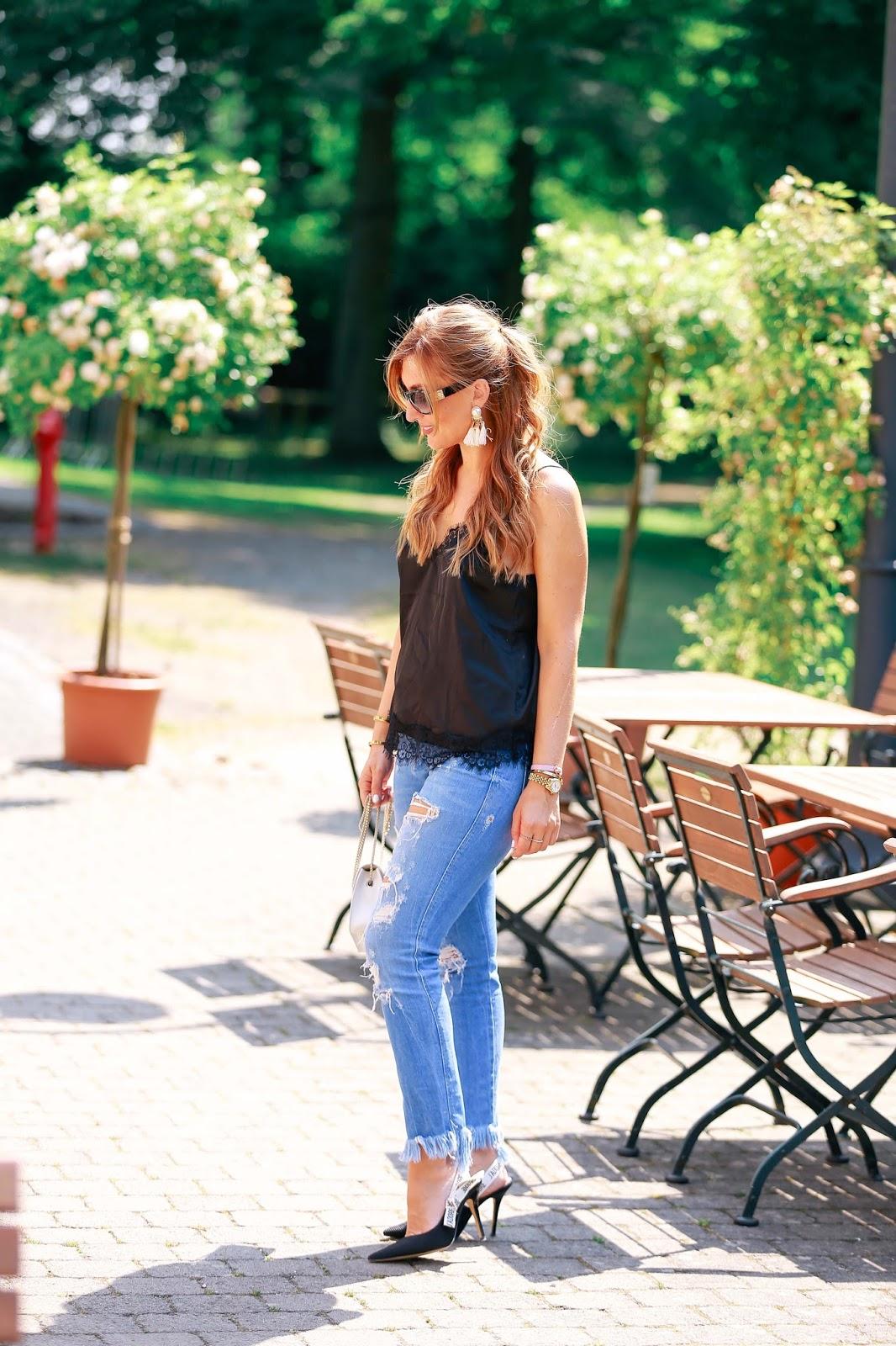 Wie kombiniert man ein Seidentop-Jadior-high-heels-blogger-mit-ripped-jeans