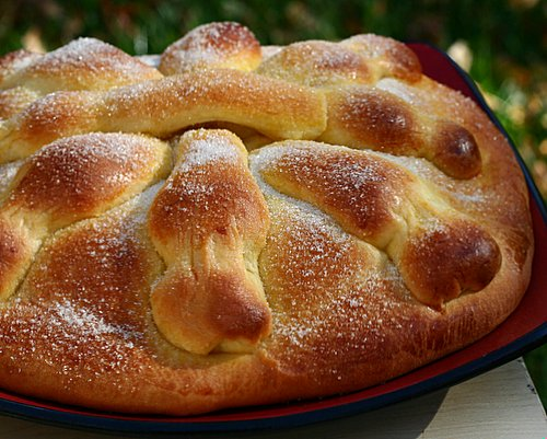 Pan de Muerto (Bread for Day of the Dead) ♥ KitchenParade.com, the traditional bread from Latin America to communicate with loved ones who have passed on.
