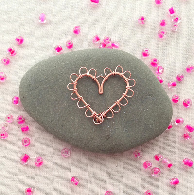 Learn to make this wire heart with scallop edge - from a free tutorial at Lisa Yang's Jewelry Blog