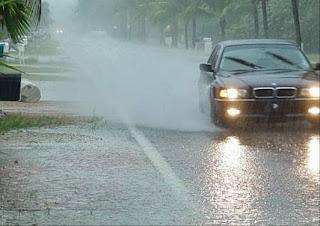 bagi para pengendara kendaraan beroda empat harus mengemudi dengan ekstra hati Tips Mengemudi Mobil di Saat Hujan