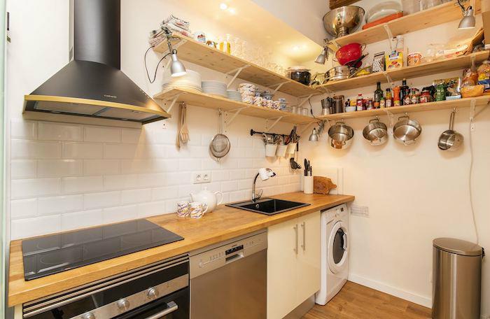 Cómo decorar un apartamento joven con poco dinero: Cocina con baldas de madera voladas
