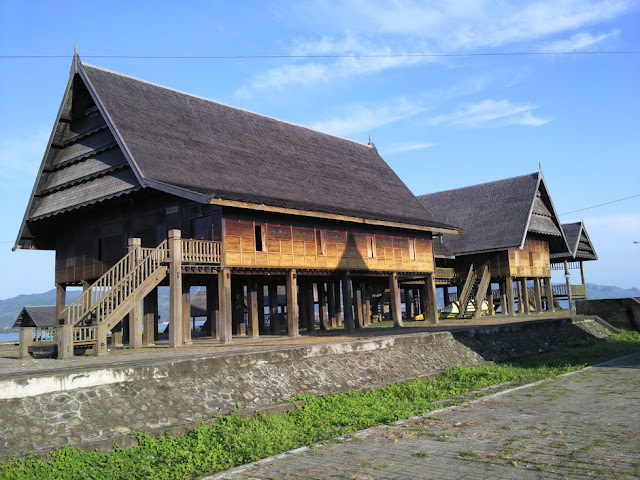 Ini merupakan Rumah Adat di Kota Mamuju, lihat detailnya.