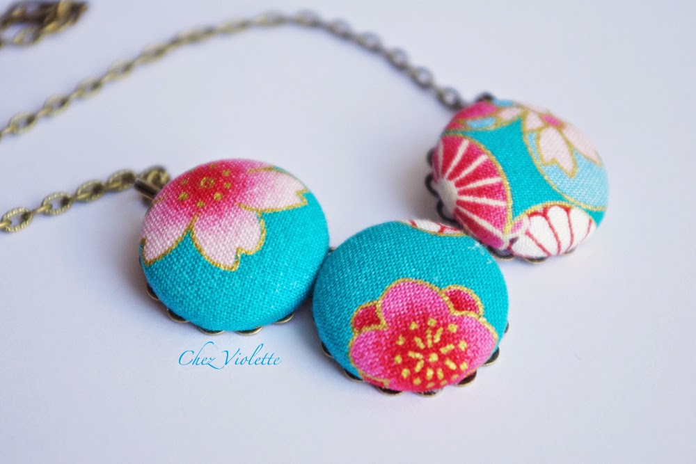 Collier en tissu japonais bleu rose or motif floral - Blue pink gold necklace made from Japanese fabric Floral pattern