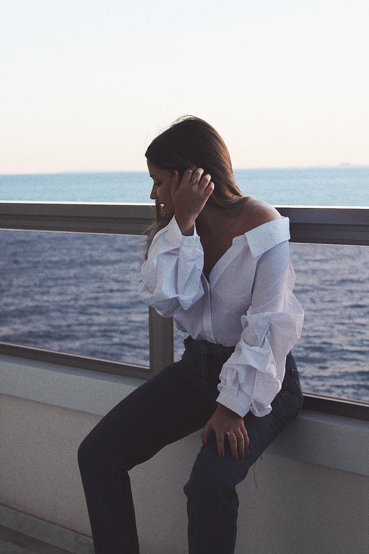 outfit camisa blanca hombros descubiertos blog de moda