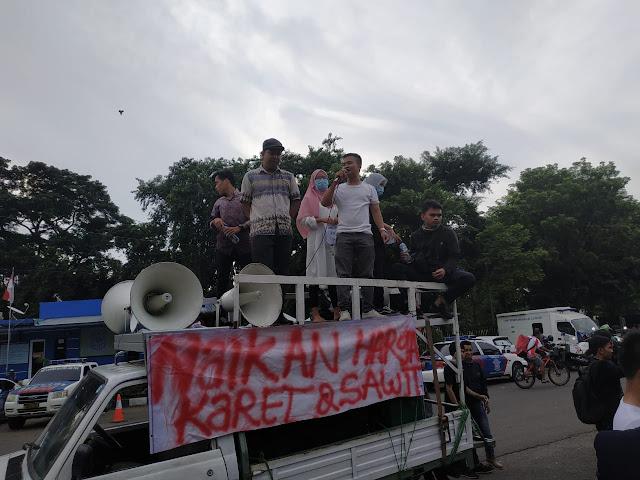 Ratusan Mahasiswa Sumatera Demo Tuntut Kenaikan Harga Karet dan Sawit