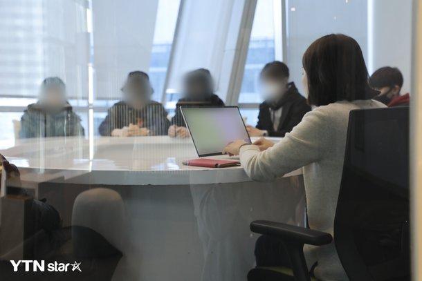 Altı erkek stajyer, kadın CEO'larını cinsel tacizle suçladı