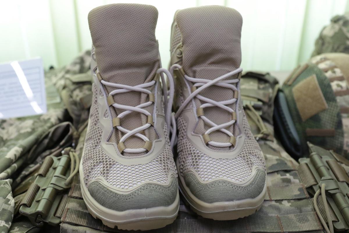 нових літніх черевиків, виготовлених відповідно до вимог Міноборони