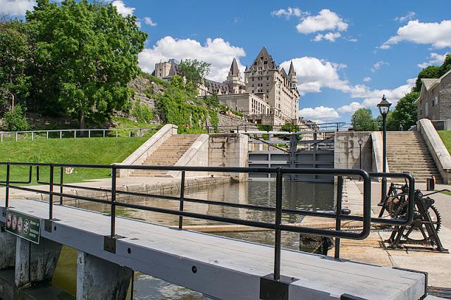 L'hôtel Fairmont Château Laurier surplombant les écluses du canal Rideau