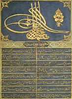 Üzerinde büyük bir Tuğra olan altın yaldızlı ve süslemeli bir kitabe