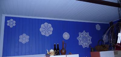 koronkowe serwetki na ścianie szafirowej , z desek. dekoracja ściany