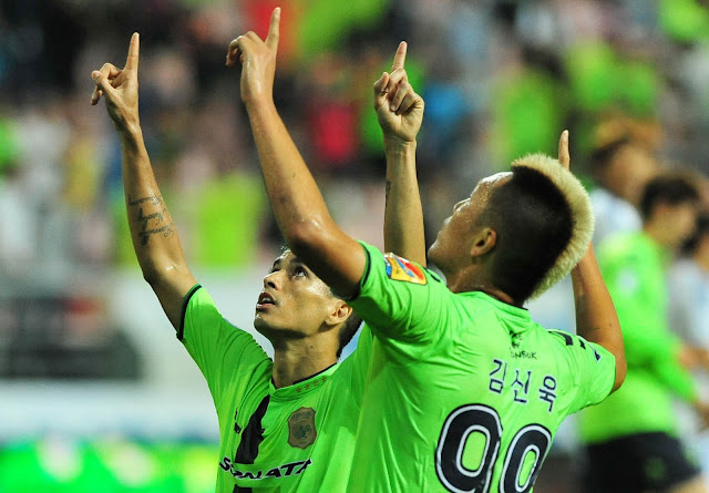 Jeonbuk Hyundai Motors' Leonardo and Kim Shin-wook celebrate the former's stunning free kick to equalise against Suwon Samsung Bluewings. (Hyundai-MotorsFC.com)