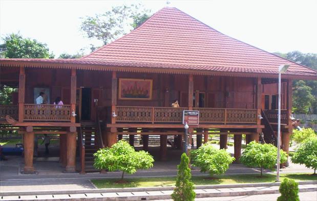 Rumah Adat Lampung : Nuwou Sesat