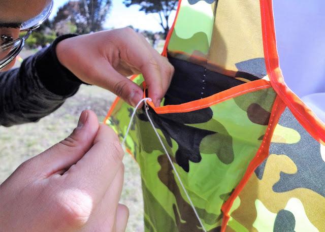 凧本体の穴に糸を通して結ぶ方法