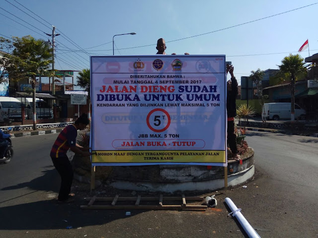 Rambu pemberitahuan pembukaan jalur jalan menuju Dieng. Foto : twitter @binamargawsb