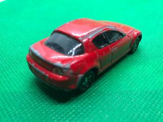 マツダ RX-8 のおんぼろミニカーを斜め後ろから撮影
