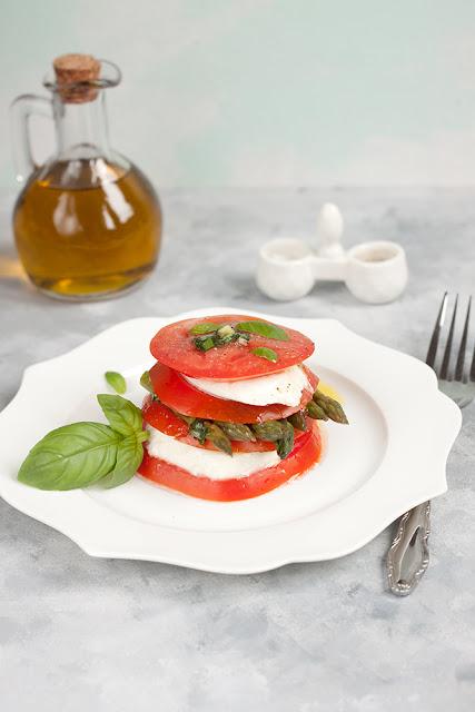 Wieża z pomidorów i mozzarelli ze szparagami