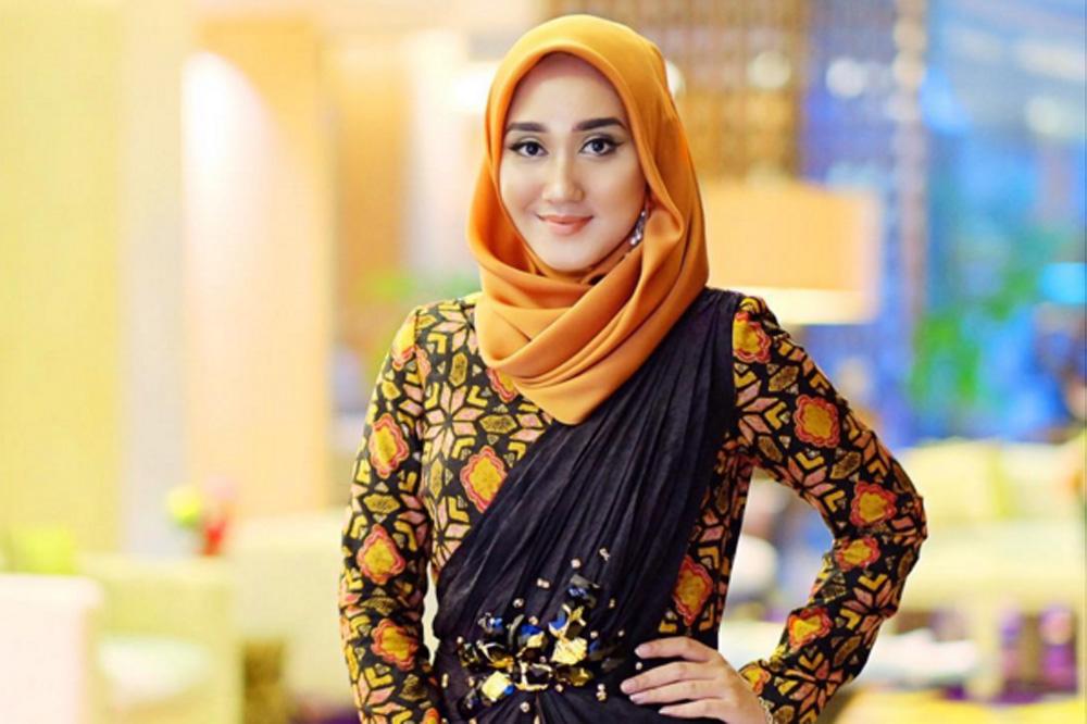 Dian Pelangi  Gugat Cerai Sang Suami Tren Fashion Remaja